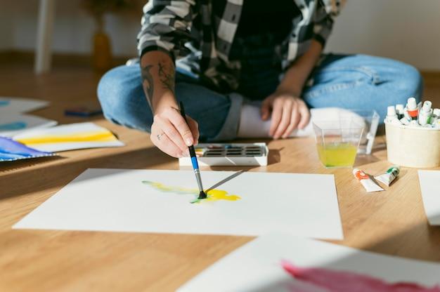 Vista frontale del pittore contemporaneo creativo