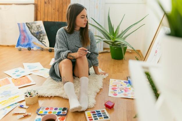 彼女のアートスタジオの創造的な現代画家