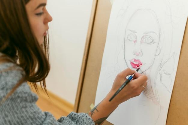 Креативный современный живописец пишет портрет