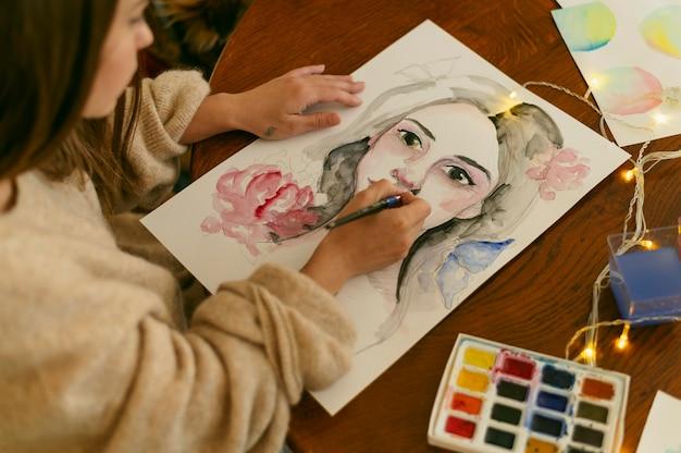 肖像画を描く創造的な現代画家