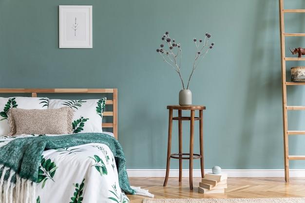 Креативная уютная спальня с макетом постера, кроватью и аксессуарами в стиле бохо, копией пространства шаблона