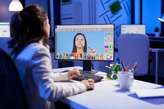 전문 편집 사무실에서 늦은 밤에 색상 등급을 사용하여 인물 수정을 하는 창의적인 제작자