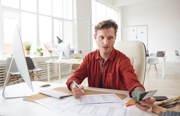 Креативный дизайн профессионал на рабочем месте