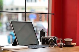 創造的なデザイナーや写真家、モックアップの空白の画面のタブレット