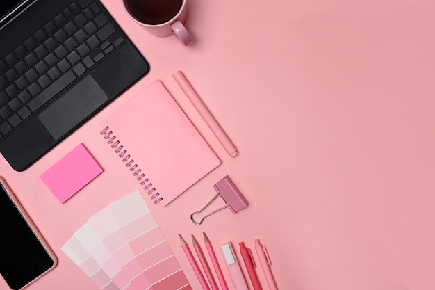 Рабочее пространство креативного дизайнера с планшетом, ноутбуком, мобильным телефоном и образцом цвета.