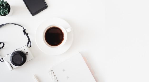 Вид сверху на рабочий стол с чашкой кофе, клавиатурой и ноутбуком, графический дизайнер, рабочее пространство creative designer на белом фоне ..