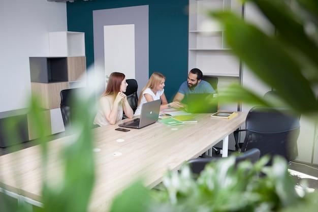 オフィスでの会議で話しているクリエイティブデザイナー