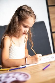 Творческое развитие ребенка. девушка рисует. урок рисования. изобразительное искусство