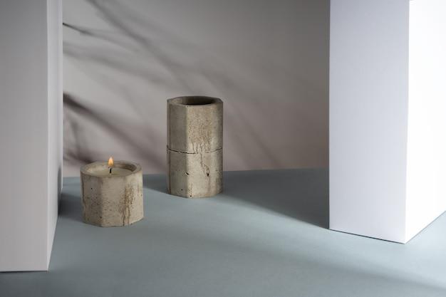 コンクリートに大豆ワックスの香りのキャンドルを使用したクリエイティブな斜め等角投影構成