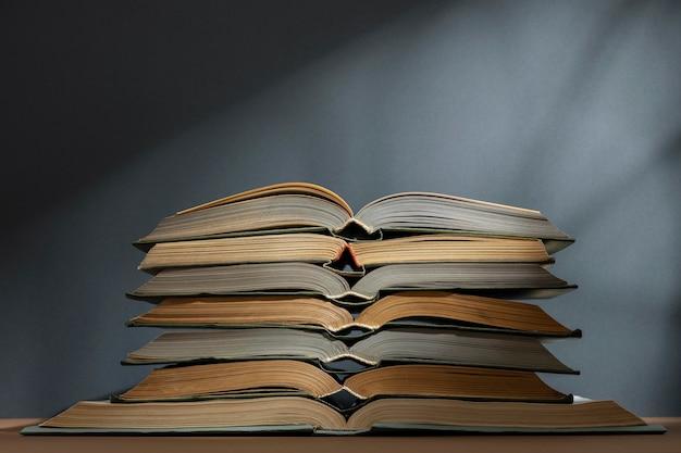 Disposizione di libri diversi creativi