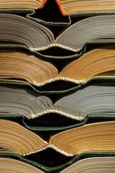 創造的な異なる本の配置