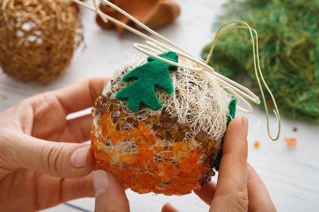 創造的なdiyクラフトの趣味、手作りのクラフトクリスマスオーナメントとボールを作る