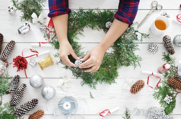 クリエイティブなdiyクラフトの趣味、手作りのクラフトクリスマスリースを作る