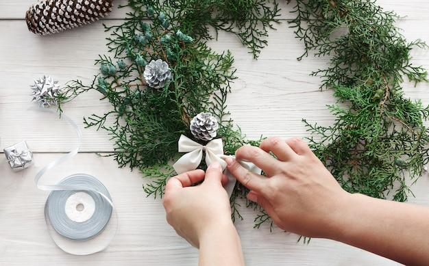 Креативное хобби своими руками, изготовление домашнего рождественского венка ручной работы