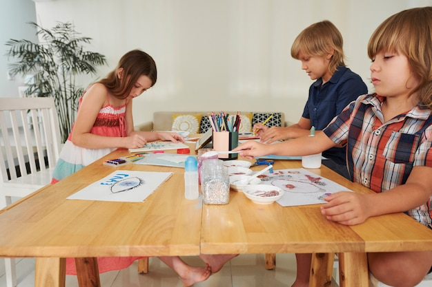 Креативный рисунок мальчиков и девочек