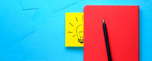黄色のステッカー上の電球の創造的な描画