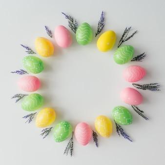 다채로운 계란으로 만든 크리 에이 티브 부활절 화 환은 펀치 핑크 파스텔 색상으로 그린.