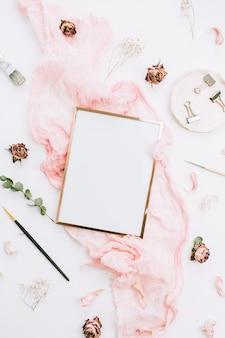フォトフレームのモックアップ、ピンクの毛布、花、ユーカリの枝、白い背景にブラシを使った、クリエイティブなお祝いの構図。フラットレイ、トップビュー