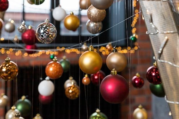 Творческая праздничная композиция с строкой на размытый фон. концепция зимы. елочные украшения, разноцветные шарики. рождественские безделушки. кафе, ресторан, уличные украшения. счастливый новый год