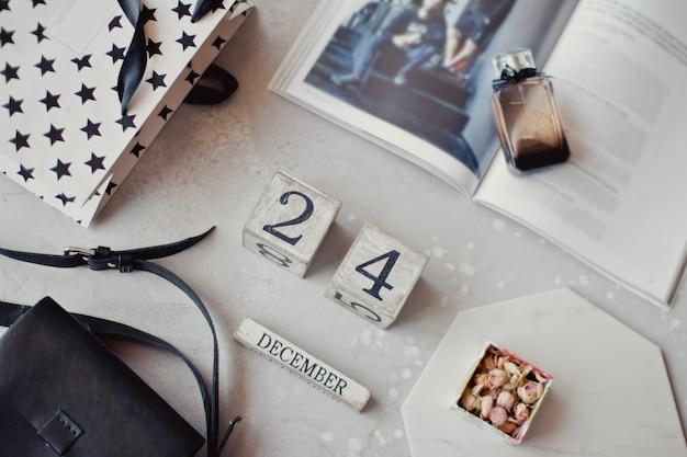 テーブルの上においしいホットコーヒーと創造的なフラットレイ構成