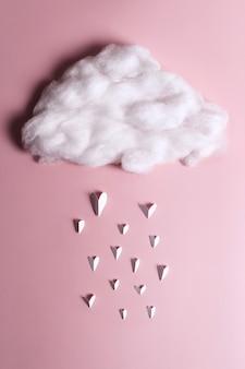 구름에서 떨어지는 심장 모양 개체의 크리에이티브 플랫 누워