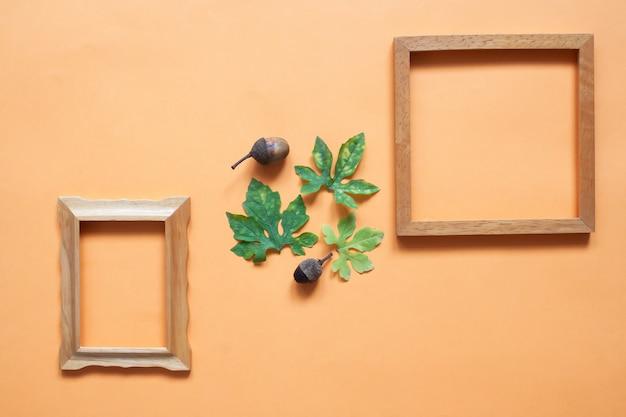 Творческий плоский лепесток деревянной рамы с листьями растений и сосновыми шишками