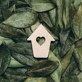 自然の葉と背景にハートと木製ホースの創造的なフラットレイ。