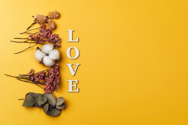 自然の植物との愛という言葉の創造的なフラットレイ。