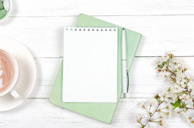 Креативная плоская планировка рабочего стола, блокнота для списка желаний и предметов образа жизни на деревянном фоне