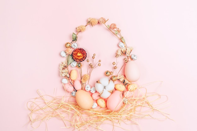 Творческая плоская кладка фото пасхальных яиц на красочном фоне.