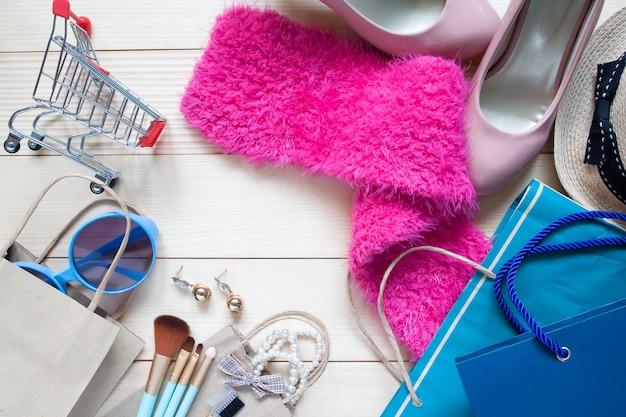 Креативная дизайнерская концепция одежды или продвижение по продаже с женскими аксессуарами