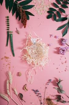 Creative flat lay vista dall'alto di profumo su pastello rosa millenario carta da parete copia spazio.