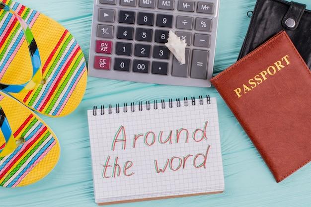 여권, 슬리퍼, 계산기가 포함된 창의적인 평면 여행 컨셉입니다. 세계 각국.