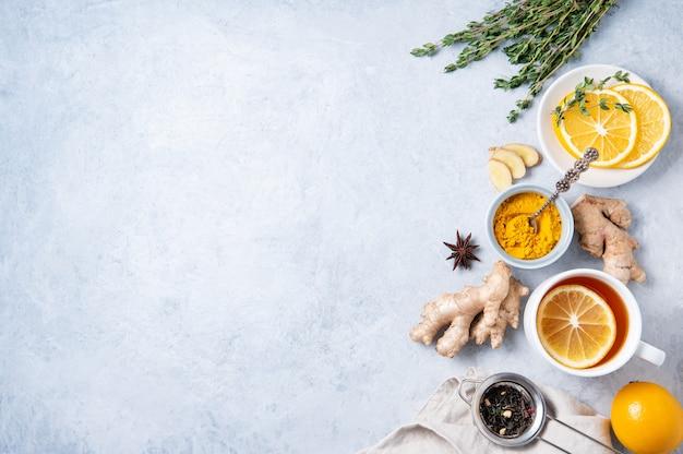 免疫力を高める成分を使ったクリエイティブなフラットレイ。ウイルスに対する熱い季節のお茶。材料:生姜、タイム、ターメリック、アニス、レモン。代替医療。上面図とコピースペース