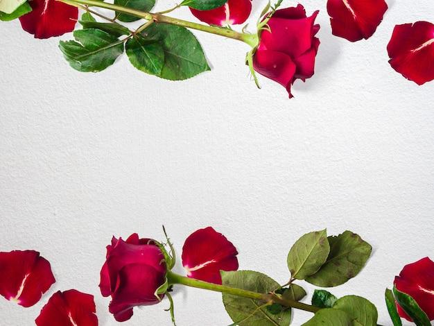 コピースペース、花のフレーム、花の背景、幸せなバレンタインデー、母の日、フラットレイ、上面図とバラで作られた創造的な花の構成