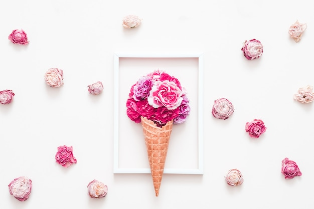 Творческая цветочная композиция. розы в сахарных рожках мороженого