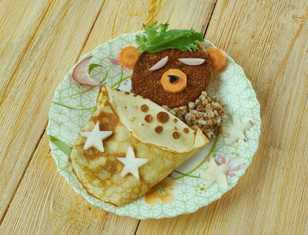 創造的な食べ物のコンセプト-ハンバーガー、パンケーキ、野菜で作られた眠っているクマ。キッズメニュー