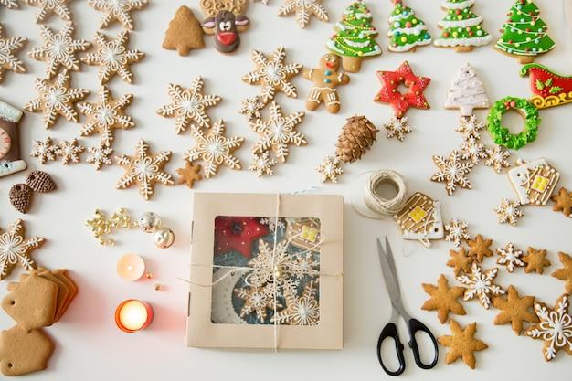Involucro creativo regalo di biscotti di zucchero su un banco bianco