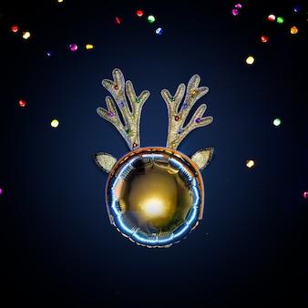 Творческий золотой рождественский олень с рогами.