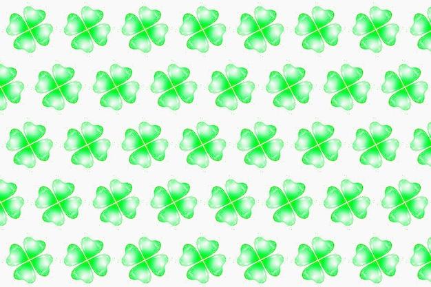 음료에서 창조적 인 녹색 패턴이 물방울이있는 토끼풀의 꽃잎 모양으로 밝아집니다.