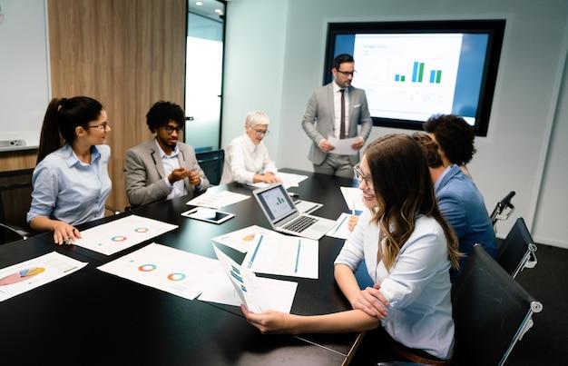 사무실에서 비즈니스 프로젝트를 수행하는 비즈니스 사람들의 창의적인 그룹