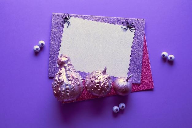 Творческий хэллоуин стол в фиолетовый, черный, черный и белый цвета с копией пространства. подсветка декоративных тыкв