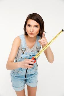 Творческий счастливая женщина строитель, держите измерительная лента