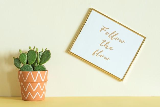 モックアップポスターフレームと植物テンプレートを使用したクリエイティブなヒップスターのインテリアデザイン