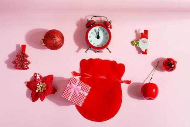 파스텔 핑크에 크리스마스 액세서리 알람 시계, 다른 장식 및 선물 상자의 창조적 인 휴가 평면 누워