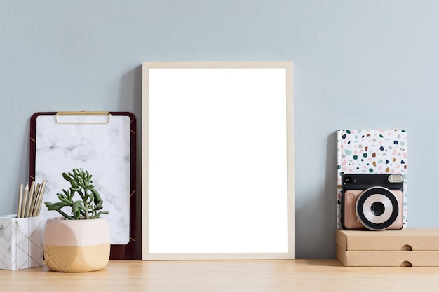 Креативное домашнее офисное пространство макет рамки плаката и офисных принадлежностей шаблон нейтральных цветов