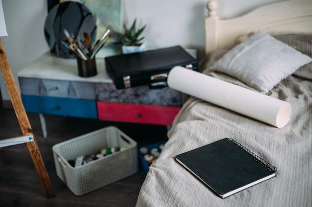 Креативный мольберт для домашней студии с начатыми красками, бумага, принадлежности для рисования