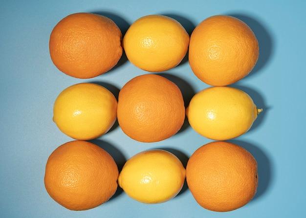 柑橘系のコピースペース、フラットレイ、オレンジとトップビューレモンの創造的なアイデア