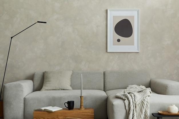 모의 포스터 프레임 회색 소파와 작은 액세서리가 있는 크리에이 티브 japandi 거실 템플릿