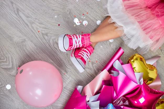 ピンクのスニーカーとドレスを着た女の子のファンキーな脚のクリエイティブなレイアウト